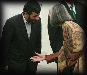 احمدی نژاد از دست دادن خودداری میکند